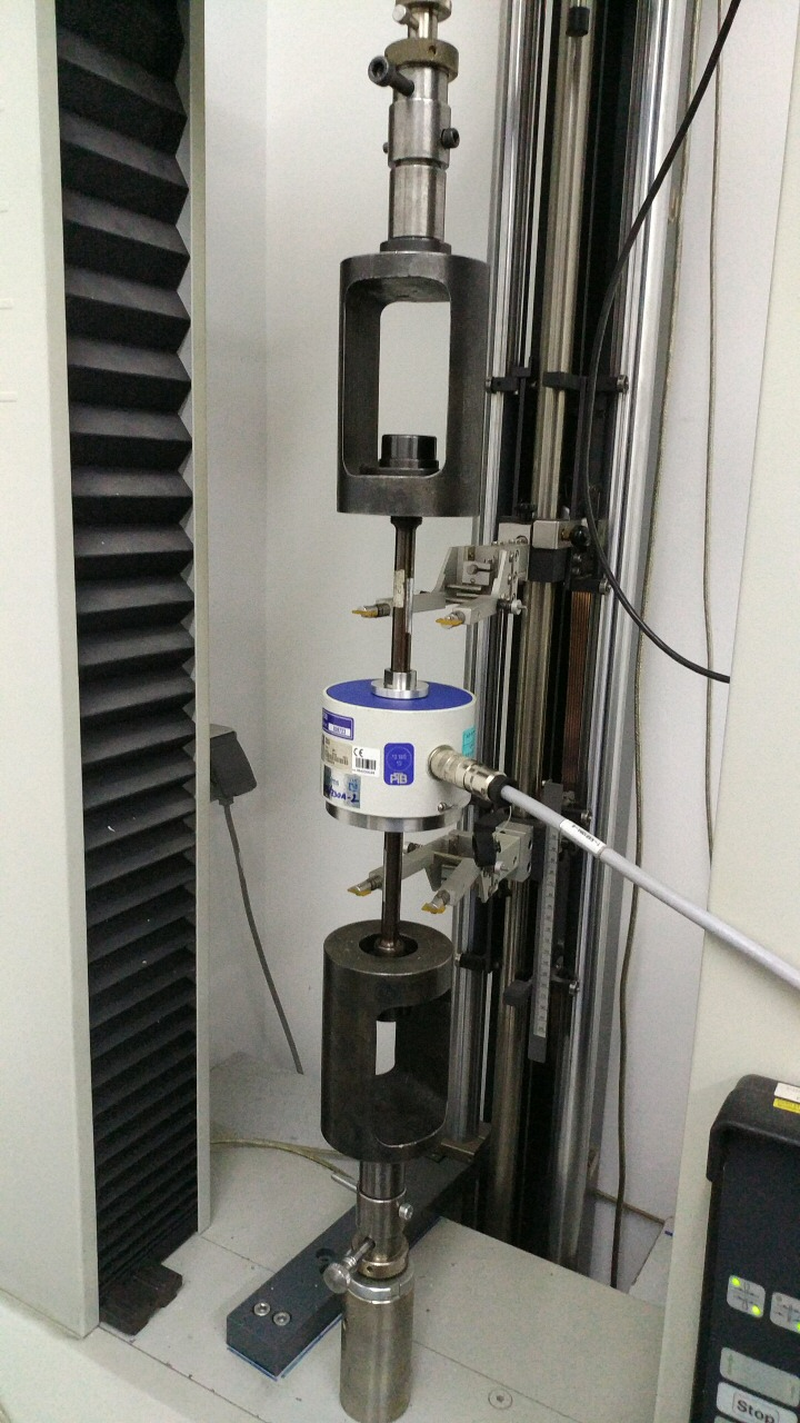 Force transducer inside a tensile testing machine